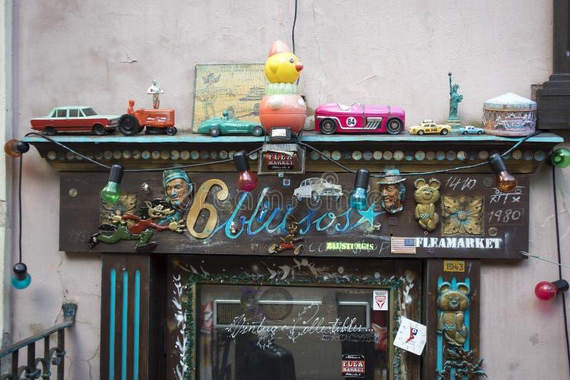Loja do vintage da feira da ladra, rua do gatve de Pilies, cidade velha fotos de stock