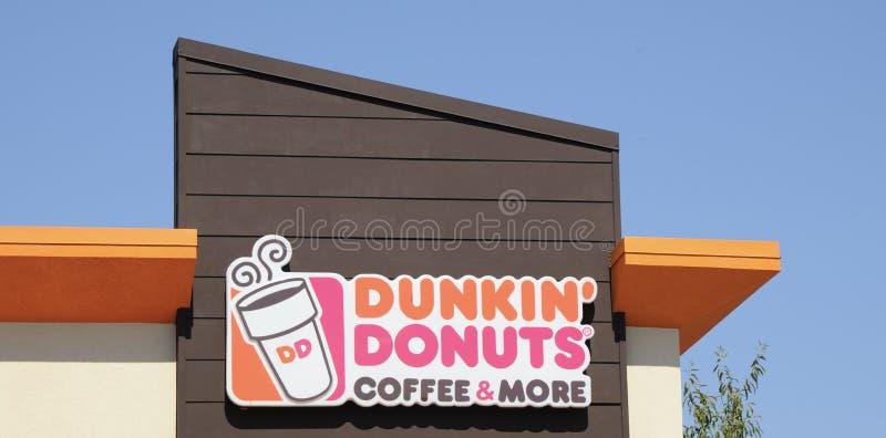 Loja dos anéis de espuma de Dunkin imagens de stock