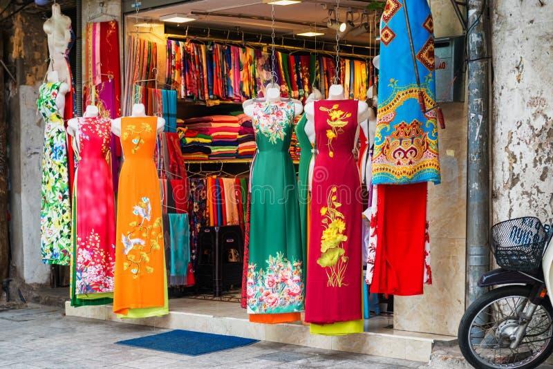Loja dos vestidos da mulher na rua em bairros franceses velhos de Hanoi fotos de stock royalty free