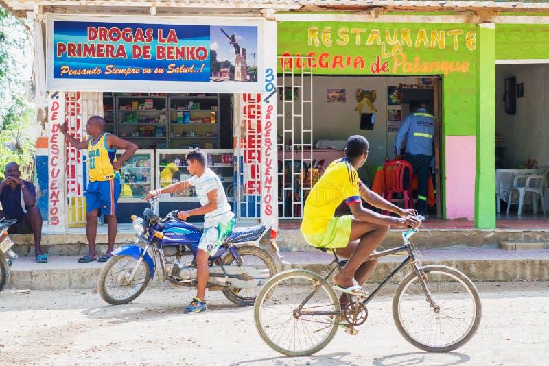 Loja e restaurante no quadrado principal Palenque, Colômbia imagem de stock