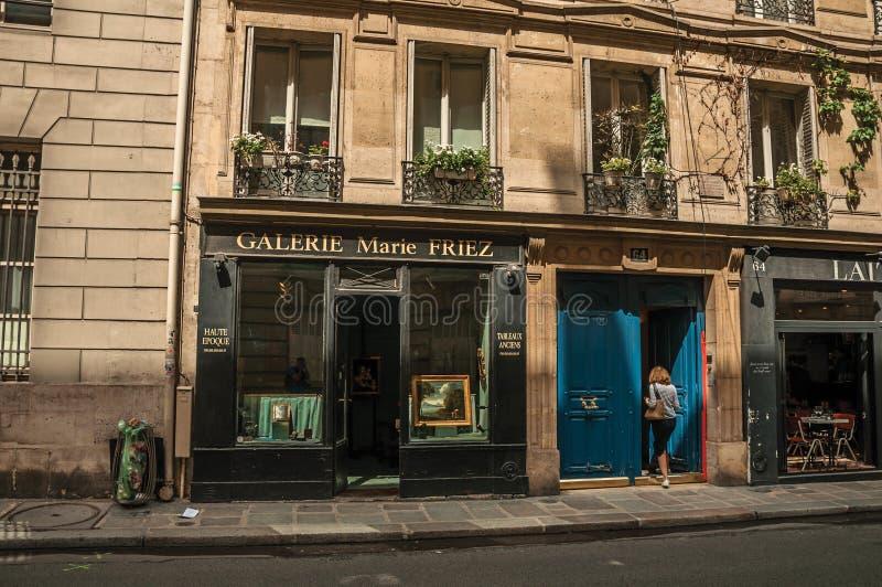 Loja entrando da rua da mulher no centro da cidade de Paris imagens de stock royalty free