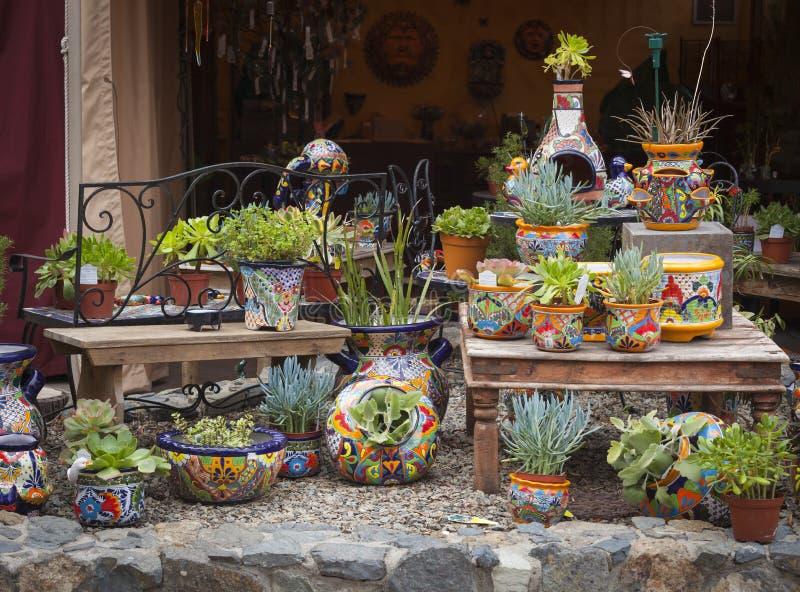 Loja exterior de potenciômetros e de plantas carnudas decorativos fotografia de stock