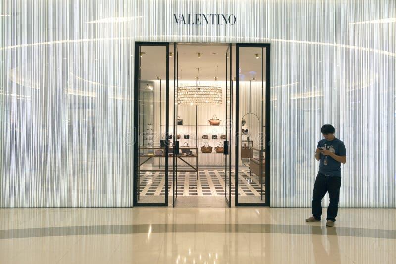 Loja famosa de Valentino do desenhador de moda em Banguecoque imagens de stock