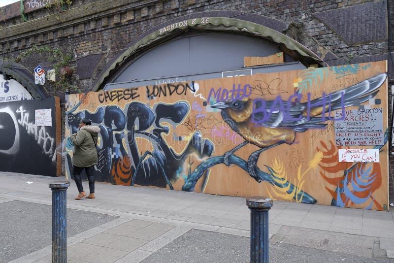 Loja fechado-acima local na área de Brixton Arches em Londres, Reino Unido imagens de stock royalty free