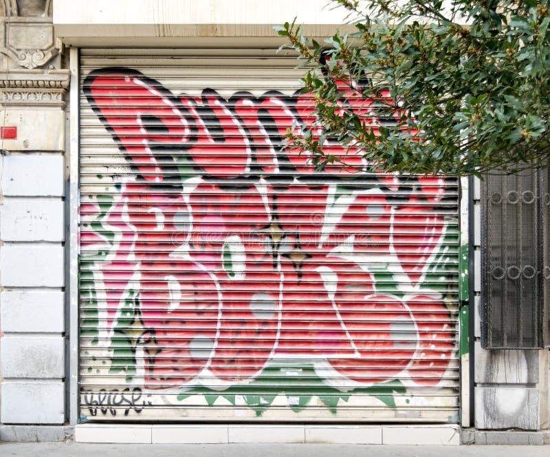 Loja fechado exterior com a porta do metal coberta com os grafittis coloridos perto da rua de Istiklal, Istambul, Turquia fotos de stock royalty free