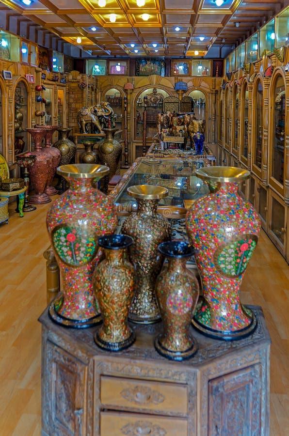 Loja indiana com objetos cerâmicos imagens de stock
