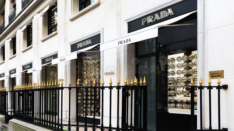 Loja luxuosa da forma de Prada em Paris França foto de stock