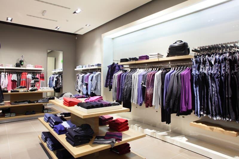 Loja moderna e da forma da roupa imagem de stock