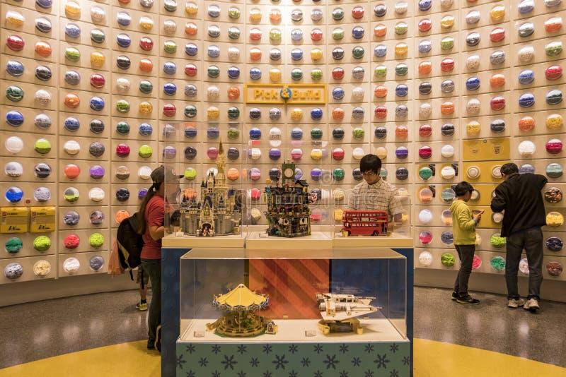 Loja no distrito do centro famoso de Disney, Disneylândia de Lego com referência a imagem de stock
