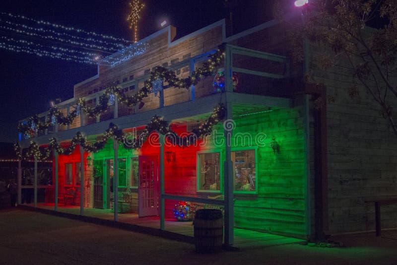 Loja ocidental selvagem velha decorada com cores do feriado do Natal fotos de stock