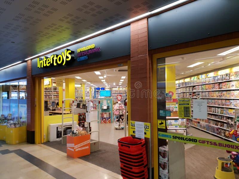 A loja para os brinquedos nomeados Intertoys na alameda no antro aan IJssel de Nieuwerkerk que eram allmost fale foto de stock