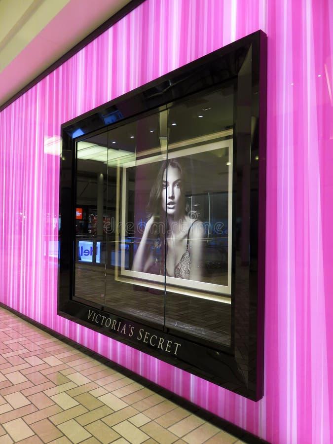 Loja secreta roxa de Victorias em um shopping em Virgínia fotografia de stock royalty free