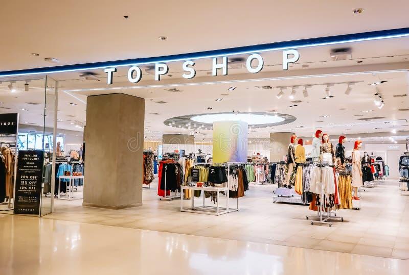 A loja SUPERIOR interior da LOJA no mundo central com cliente escolhe o produto, TOPSHOP é um tipo global da forma do Reino Unido imagem de stock