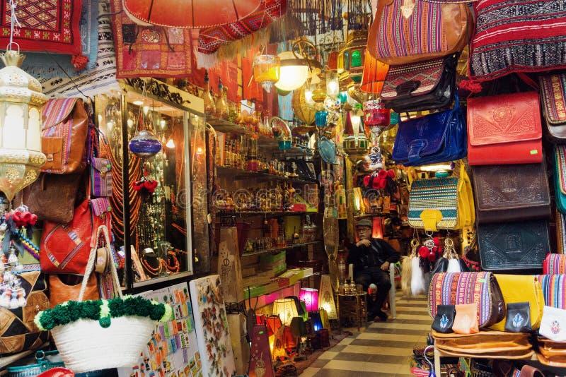 Loja tradicional com variedade de lembranças em Tunes, Tunísia fotografia de stock
