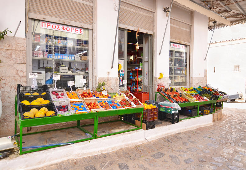 Loja tradicional do verdureiro na ilha Grécia do Hydra fotos de stock