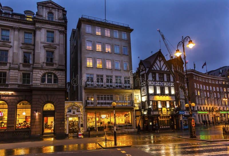Loja velha Nght Londres Inglaterra do chá de Twinnings da rua da cidade fotografia de stock