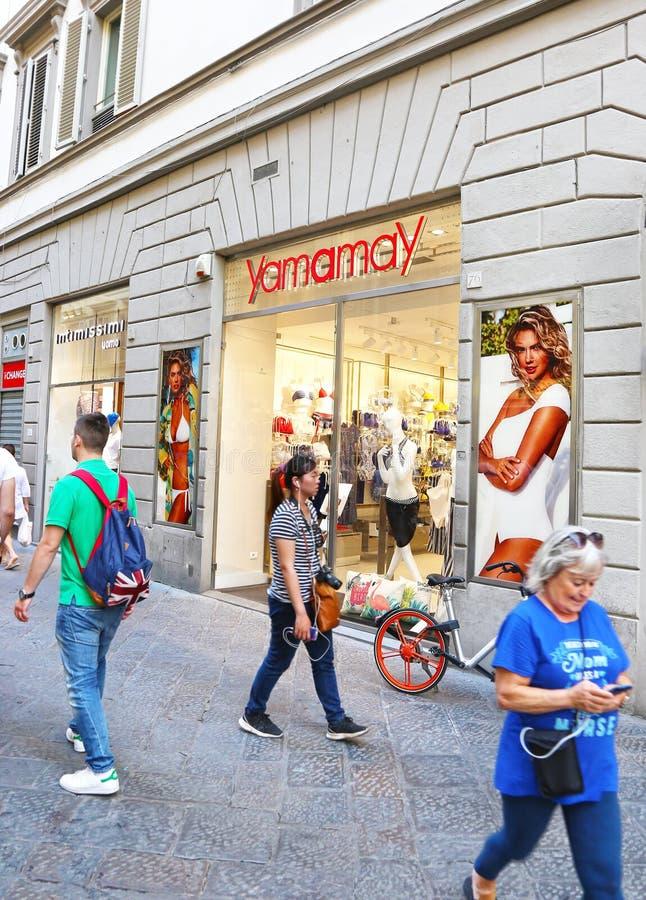 Lojas da forma na cidade Itália de Florença ou de Firenze - a loja de Yamamay foto de stock royalty free