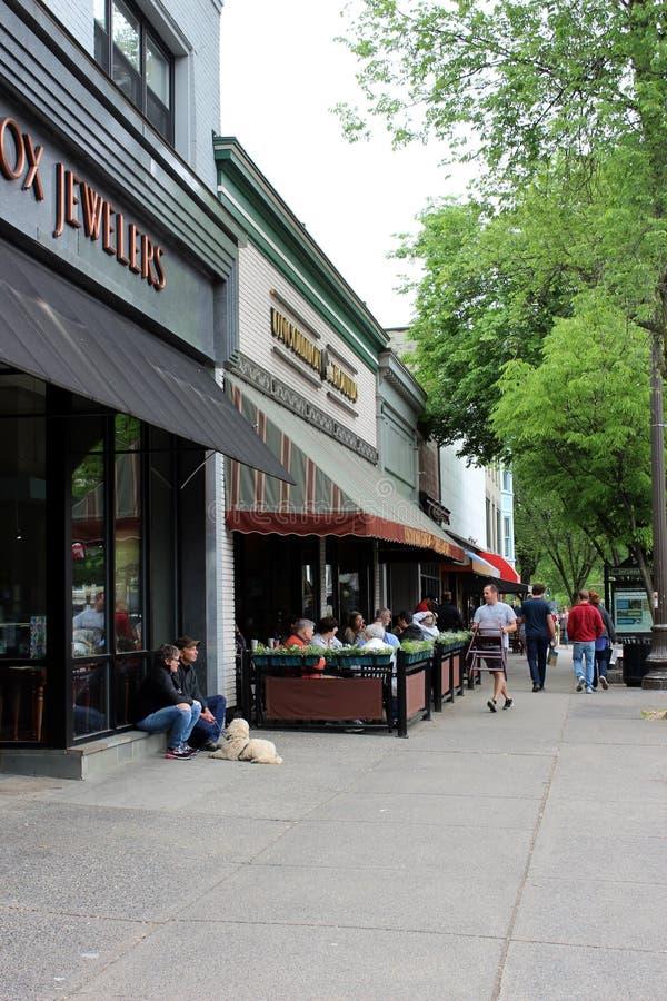 Lojas do centro e povos que dão uma volta aproximadamente, Broadway, Saratoga Springs, New York, 2018 fotografia de stock royalty free