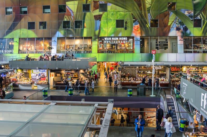 Lojas e restaurantes dentro de um mercado Salão no centro de cidade de Rotterdam fotos de stock