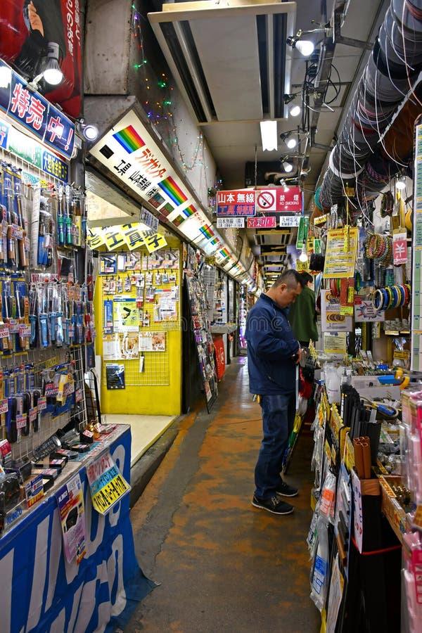 Lojas eletrônicas dos acessórios em Akihabara, Tóquio imagem de stock