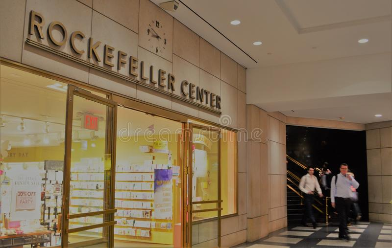 Lojas subterrâneas da compra do metro de New York City do centro de Rockefeller imagens de stock