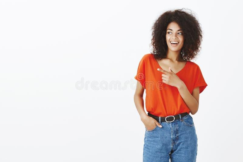 Lok przy ten pokraką Portret pozytywna atrakcyjna amerykanin afrykańskiego pochodzenia kobieta w modnym stroju, trzyma rękę w kie obraz stock