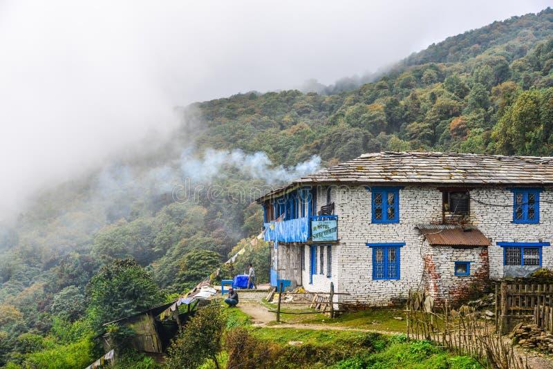 Lokaal huis bij bergdorp bij de weg van het basiskamp stock afbeeldingen