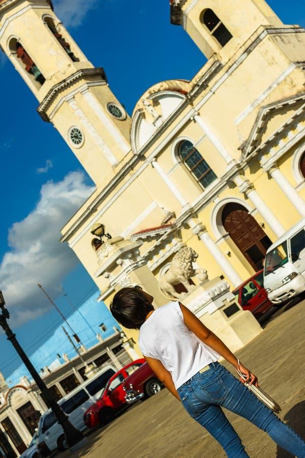 Lokaal meisje die centrale het parkkathedraal van Cienfuegos Jose Marti bekijken De provincie van Cienfuegos, Cuba royalty-vrije stock foto's