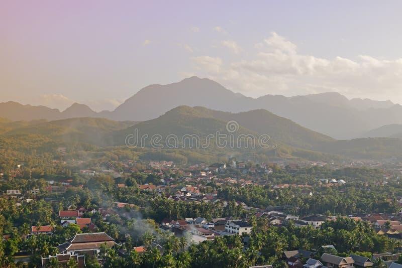 Lokaal oriëntatiepunt van Luang Prabang die thr lokale buurt met bergen op de achtergrond overzien stock foto's