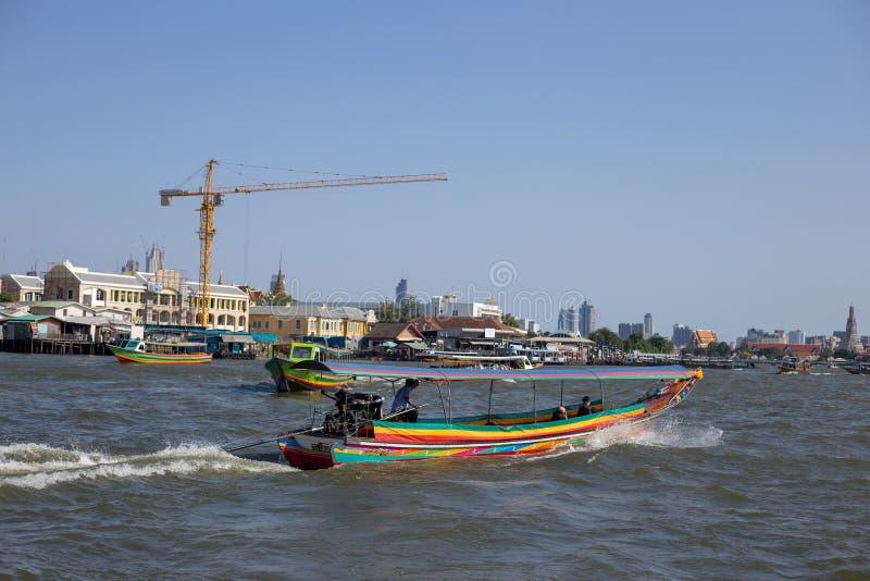 Lokaal passagiersschip die voor toerisme met kraan varen stock afbeelding