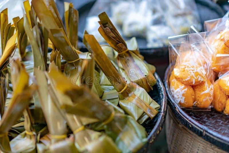 lokaal traditioneel Thais dessert; de maniokcake & stoomde bloem met kokosnoot het vullen, op de bamboeplaat, in Thaise taalmidde royalty-vrije stock foto's