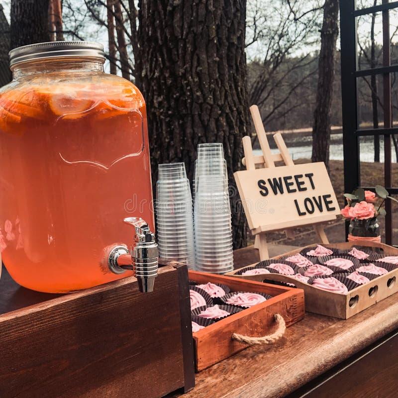 Lokacja z lato napojami w szkło słojach lub babeczek puszkach z znakiem który mówi słodkiej miłości zdjęcia stock