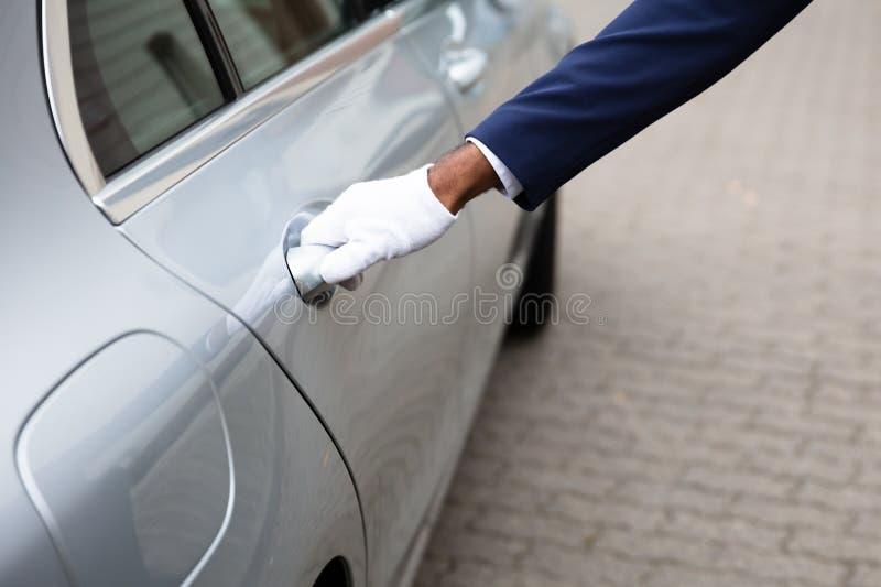 Lokaj r?ka Otwiera Samochodowego drzwi fotografia stock