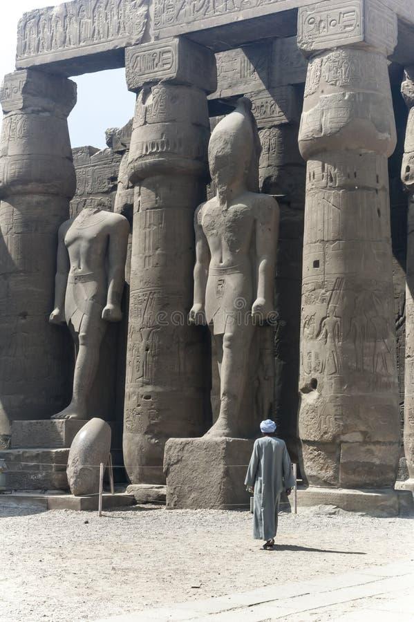 Lokal befolkning på det Karnak komplexet royaltyfria foton