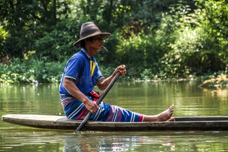 Lokal bonde som paddlar hans traditionella pirogue utanför den sadan grottan, Hpa-an, Hpa-an område, Myanmar arkivbild