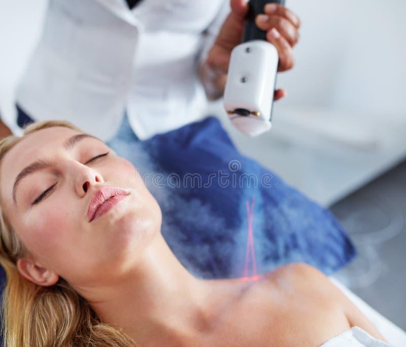 Lokal cryotherapy behandling för ungt kvinnligt häleri royaltyfri fotografi