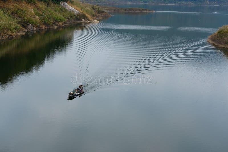 lokal fiskaresegling på segelbåten royaltyfri foto