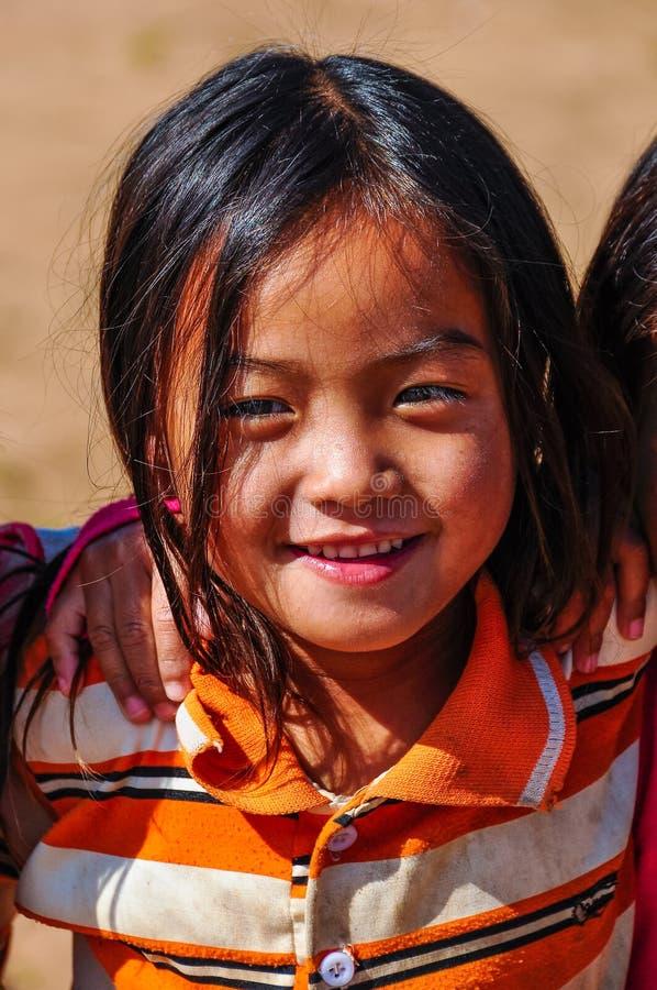 Lokal flicka i en liten gemenskap nära den Muang allsången, Laos royaltyfri fotografi
