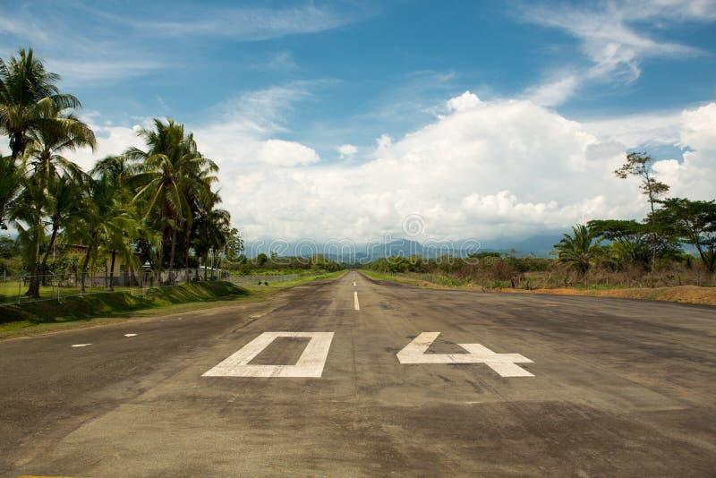 Lokal flygplats av Quepos i Costa Rica med bergen och arkivfoto