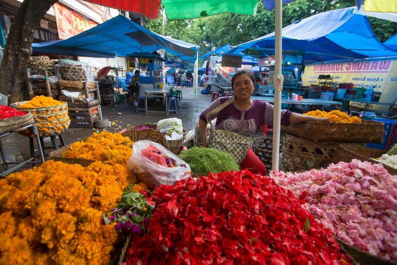 Lokal gatuförsäljare Efter början av århundradet XXI Bali'sens ökade befolkning vid mer än folk för miljon royaltyfri fotografi