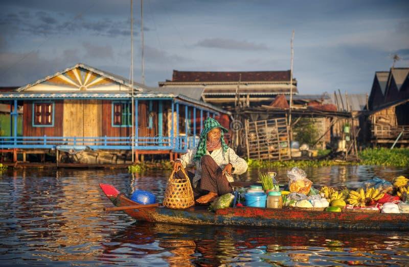 Lokal kambodjansk säljare, i att sväva marknadsbegrepp royaltyfri foto