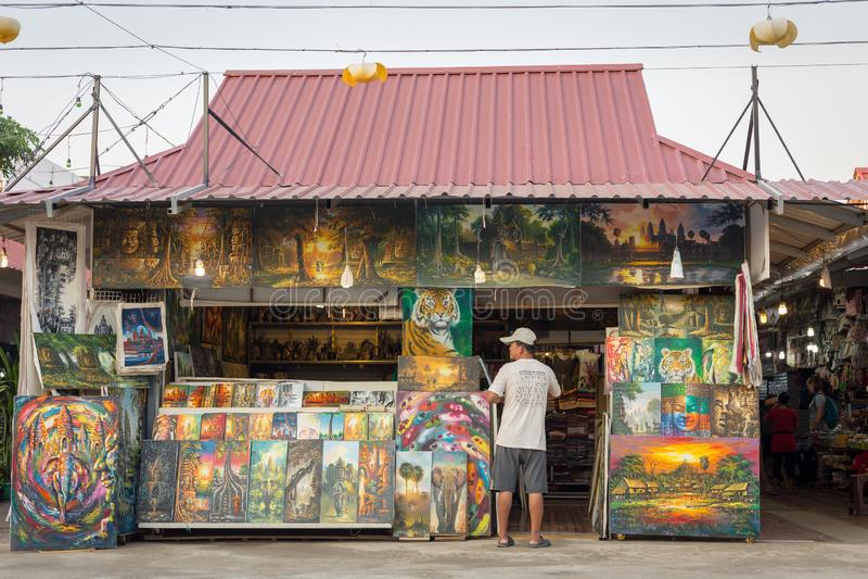 Lokal konstnär som säljer hans målningar royaltyfri bild