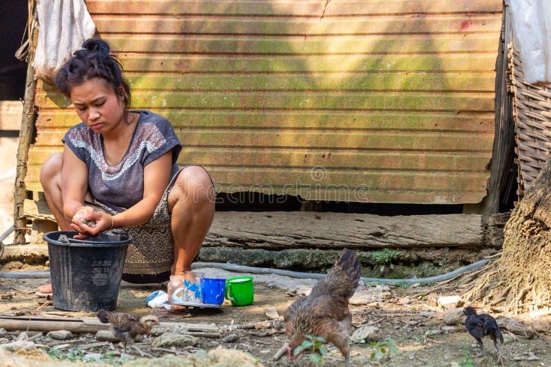 Lokal kvinna i en Laos by arkivfoto