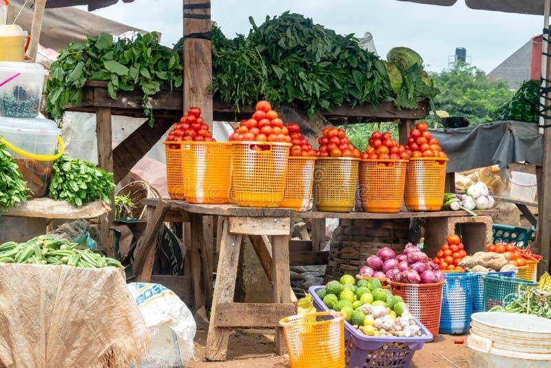 Lokal livsmedelsbutikmarknad med fruktgrönsaker i Nigeria Grönsaker på en utomhus- marknad i Abuja arkivbilder
