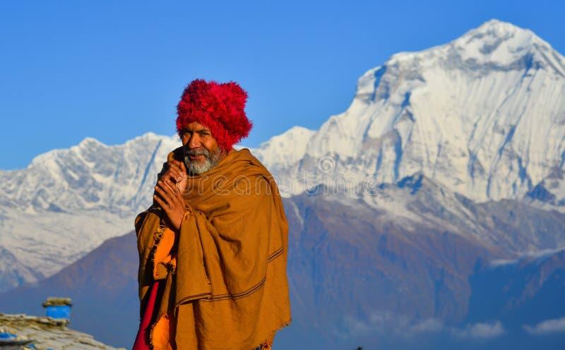 Lokal man på berget i den Khopra byn, Nepal arkivfoton