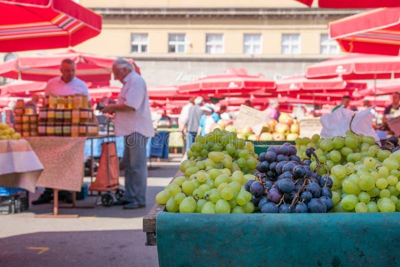 Lokal matmarknad i i stadens centrum Zagreb arkivfoton