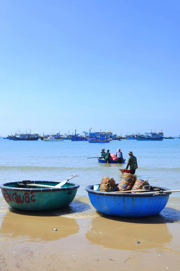 Lokala fiskare förbereder deras fisknät för ny arbetsdagsi den Lagi stranden royaltyfri fotografi