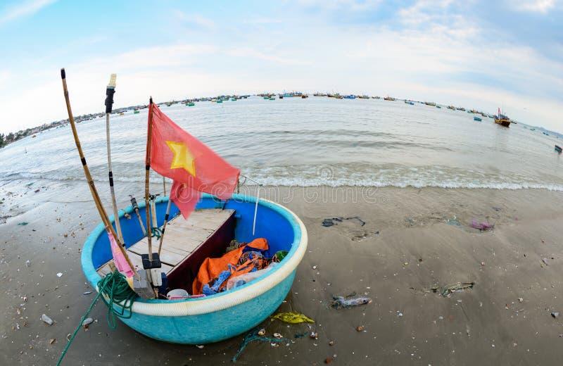 Lokala fiskebåtar på stranden på Mui Ne, Vietnam royaltyfria foton