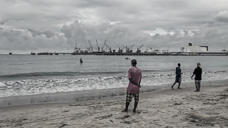 Lokala infödda män fiskar arkivfoton