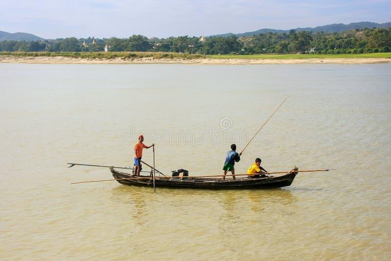 Lokala män som fiskar från ett fartyg på den Ayeyarwady floden nära Mandalay royaltyfri bild